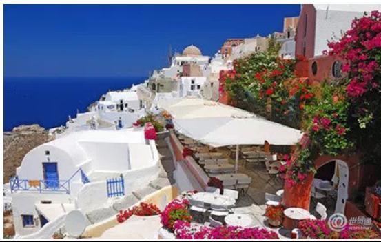 希腊圣托里尼真是一个把全世界蓝色都用尽的地方,林立着的白色建筑群,让你仿佛感受到了来自爱琴海浓浓的海风。