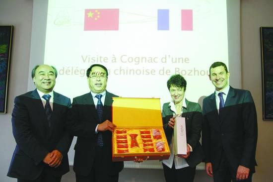 中国亳州与法国干邑签署友好城市合作备忘录现场