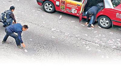 香港运钞车掉落万万现金 警方吁捡钱者赶快偿还