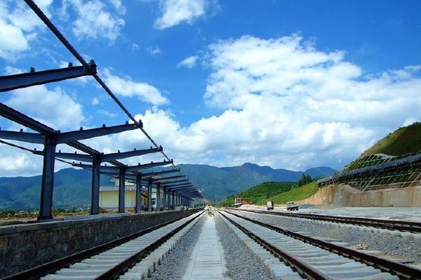 丽江火车站位于滇藏公路和规划的滇藏铁路的过路点,是云南到西藏的主要途径点。大丽铁路为电气化铁路,全长163km、时速120km,大丽铁路成为连接大理和丽江两大旅游胜地的大通道,架起了沿线白族、纳西族、藏族、苗族、彝族等少数民族和外界沟通的桥梁。丽江有丰富的旅游资源,铁路的修通必将带动丽江的经济和旅游发展。在大丽铁路年底开通后,从大理乘坐火车到丽江的时间有望控制在一个半小时左右。有关人士预测,全长五百公里左右的昆明-大理-丽江铁路客运开通后,节约游客时间和住宿费的夜班火车可能出现一票难求的状况。丽江火