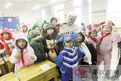 学生扮小动物老师变大恐龙 这所小学的童话课好有创意
