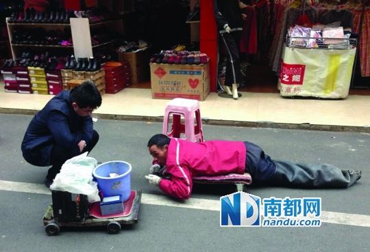 """昨日上午,市救助站工作人员在南坛南门市场向""""残疾人""""询问情况。他被接回救助站后,双腿无恙。"""