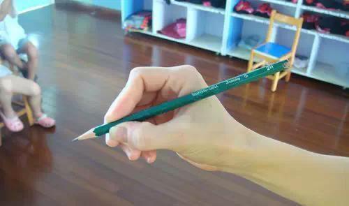 错误的握笔姿势易导致近视