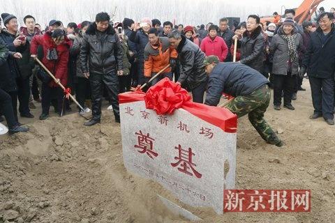 开工建设仪式后,当地村民拿起铲子将奠基仪式周边的土添上。新京报记者 周岗峰 摄