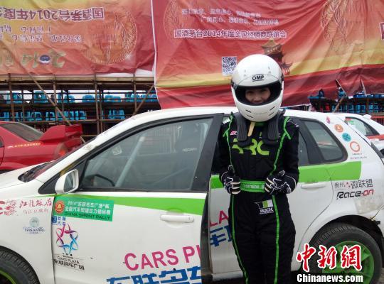 """图为""""台湾车坛第一美女""""沈惠兰。 任莉 摄"""