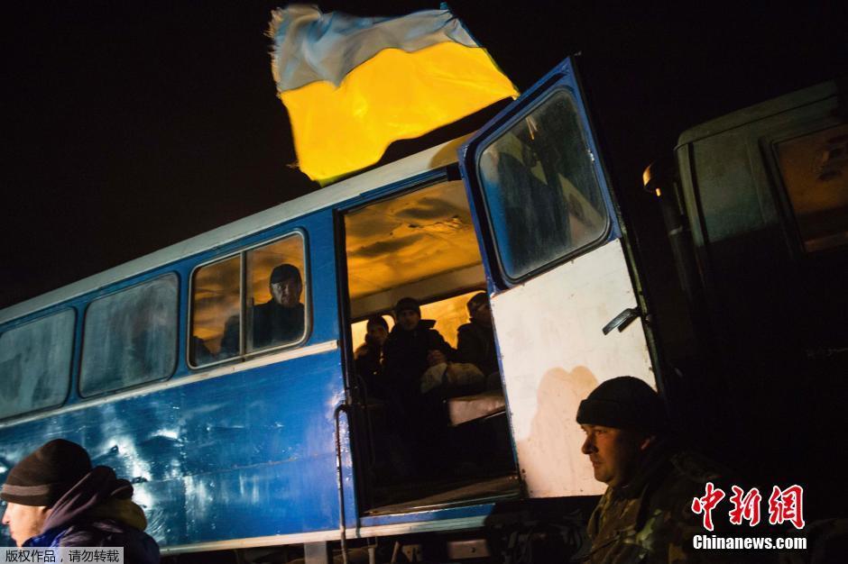 当地时间2014年12月27日,乌克兰基辅,乌克兰总统波罗申科亲自到机场迎接获释战俘。乌克兰当局26日在顿涅茨克和东部民间武装大规模交换战俘。