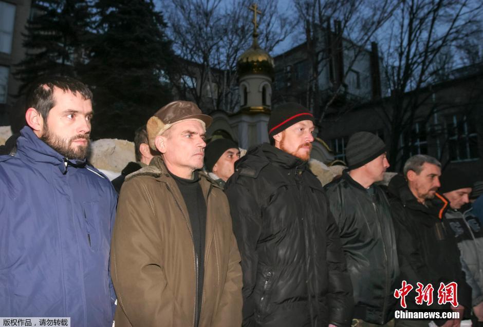 据外媒报道,12月26日,乌克兰民间武装和基辅的乌克兰政府在东部顿涅茨克交换了数百名囚犯。
