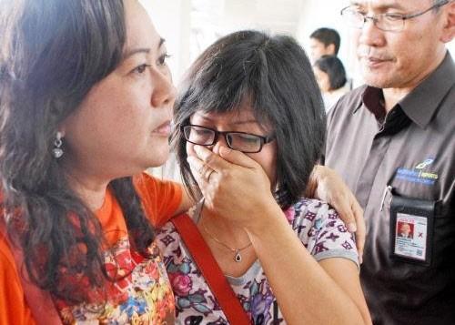 有乘客家属听闻客机失联消息后痛哭。(图片来源:香港东网)