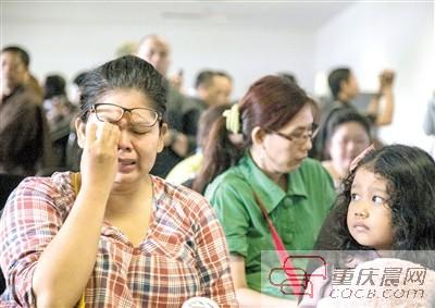 昨日,印尼泗水,失联亚航QZ8501航班的乘客家属在朱安达国际机场焦急等待消息,悲痛欲绝。