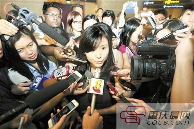亚航QZ8501乘客的未婚妻接受采访。新华社发