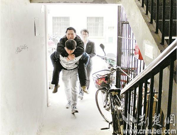 学生背着覃老师回家