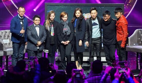 12月29日,总导演洪涛(左一)和七位歌手在发布会现场合影。