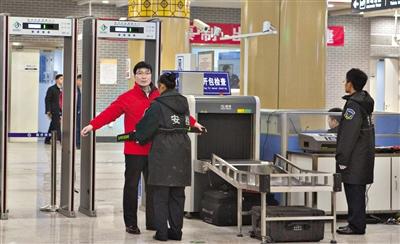 昨天9时40分许,地铁7号线瓷器口站,对进站搭客施行人物同检。新京报记者 高玮 摄