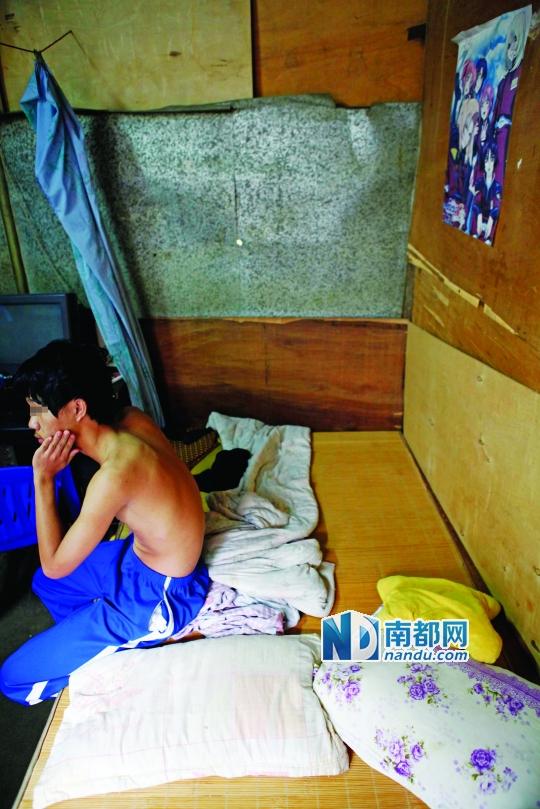 2012年7月,在家刚睡醒的陈某回顾警方抓人时的情形。南都记者 陈伟斌 摄