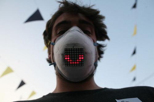 雾霾天也有好心情 智能口罩配置显示屏