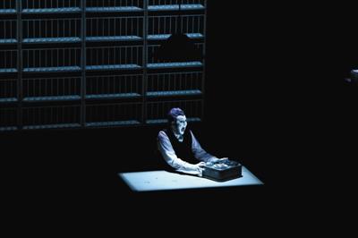 罗伯特-威尔逊《克拉普的最后碟带》在演出中有观众以中英文连爆粗口。