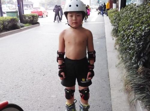 0岁儿子穿短裤轮滑图片