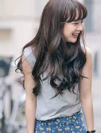 范的一款女生长发发型,肩上两侧的长发随意自然,配上甜美的厚重齐刘海图片