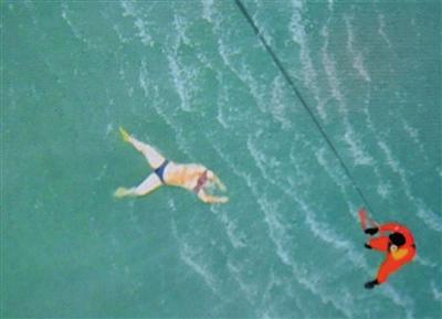30日,印尼庞卡兰布翁附近海域,搜救人员发现一具未着救生衣的乘客遗体。