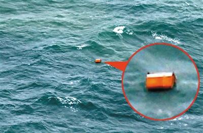30日,印尼庞卡兰布翁附近海域,搜救人员发现类似失联客机紧急滑梯及机舱门的物体。