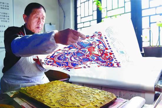 12月30日,工人在印制年画。