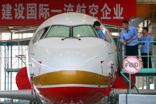 技术人员在上海对ARJ21-700飞机进行技术测试