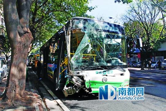 116路公交车车头损毁严重。南都记者 张明术 摄