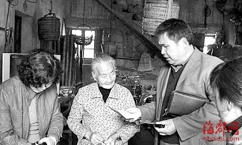"""在""""台胞之家""""网站上,曾经有这么一组老照片:莆田市台湾同胞联谊会原专职副会长廖明来,将补助款交到困难台胞手中,笑容温暖。"""