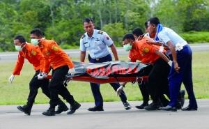 2014年12月31日,印尼搜救人员运送亚航失事客机遇难者遗体。失事客机目前已打捞出7具遗体。 新华社发
