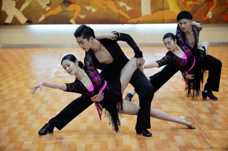 (体育)(1)体育舞蹈迎新年(图)
