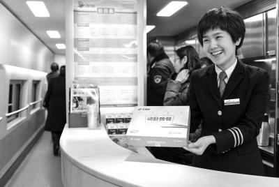 高铁动卧首发列车上,新推行免费的动卧晚饭。京华时报记者王苡萱摄