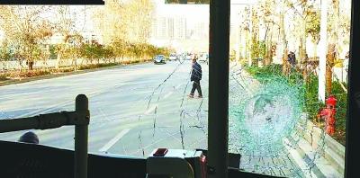 """本报讯(见习记者姚传龙 通讯员张凤华 王永伟)昨天下午,74路公交车行驶途中被一块""""飞""""砖砸中前挡风玻璃,一名女乘客被飞溅的玻璃碴扎伤。"""