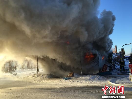 黑龙江伊春一食杂店起火致1伤 原因待查 解培华 摄
