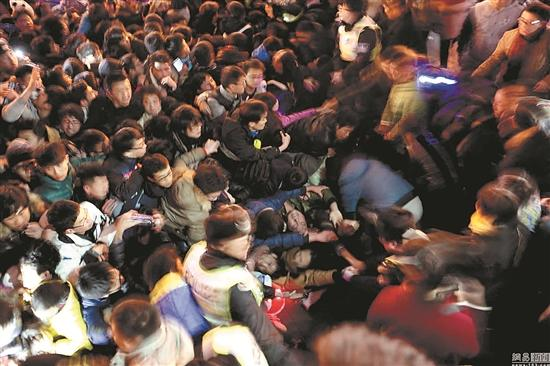 2014年12月31日晚11时35分许,上海市黄浦区外滩陈毅广场发作大众拥堵踩踏事变,致36人殒命,47人受伤。(郭现中)