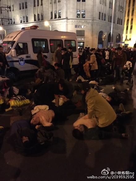 武警医院_外滩踩踏事件:1平米近7人 伤亡多为年轻女性-搜狐新闻