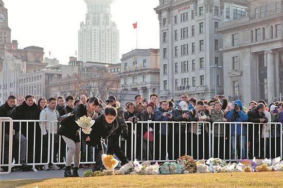上海市民到外滩陈毅广场祭祀踩踏事变中的罹难者。 (新华)