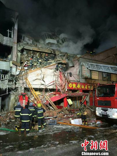 哈尔滨仓库大火导致塌方消防战士被埋 现场正在救援 网友提供 摄