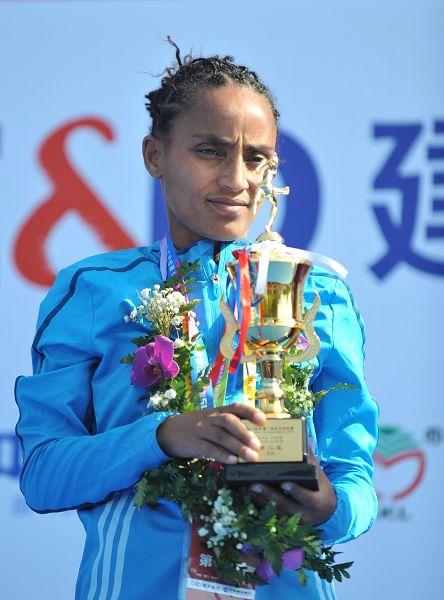 图文:2015年厦门国际马拉松 女子亚军莱盖塞