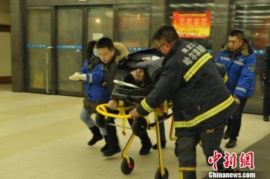 哈尔滨医大一院启动应急预案,全力抢救受伤消防官兵。图为正在被送往医院的消防官兵。 许延庆 摄