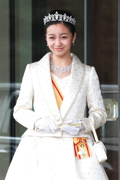 """日本天皇的小孙女佳子公主去年12月29日迎来20岁生日。在生日到来之前,佳子召开了首个记者见面会,被问及""""喜欢什么样的男朋友""""时,佳子回答说:""""我希望他是一位沉稳的男人。"""""""