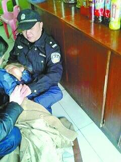 右图:民警吴炜度量太婆坐在地上施救。 网友供给