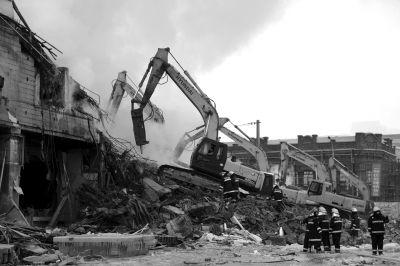 3日下午,挖掘机在现场作业。京华时报记者谭青摄