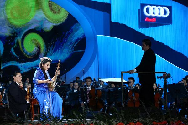 新疆民族乐器演奏家古丽娜尔·伊明献上《木卡姆主题幻想曲》