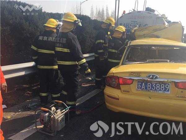 出租车高速追尾洒水车 司机当场死亡乘客受伤