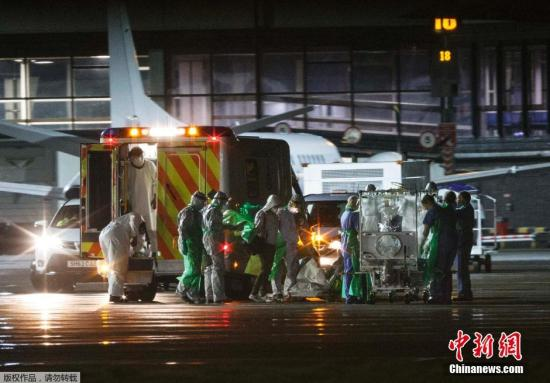 资料图:格拉斯哥机场,一名英国的埃博拉确诊患者在被移上专机送往伦敦接受治疗。