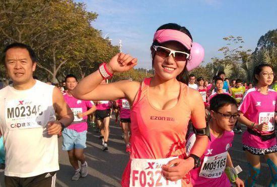 最美马拉松女孩在比赛中