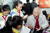 图文:何振梁先生逝世 回到家乡与小学生交流
