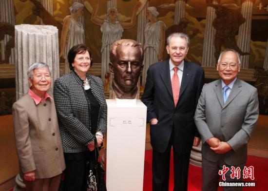 图为2010年11月14日,国际奥委会主席罗格在中国奥委会名誉主席何振梁陪同下,在江苏省无锡市的何振梁与奥林匹克陈列馆参观。