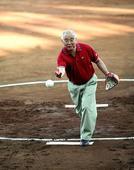 图文:何振梁的奥运人生 悉尼奥运为垒球赛开球