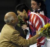 图文:何振梁的奥运人生 雅典奥运为刘春红颁奖